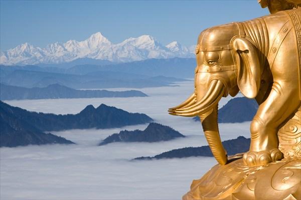 на фото: Высокогорные и надоблачные слоны