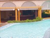 Пустынный бар пред ураганом возле бассейна