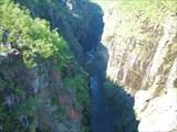 Вид с моста вниз по каньону