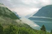 Фьорд тонет в облаках
