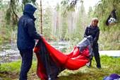 Мокрые туристы ставят насквозь мокрую палатку под дождем )