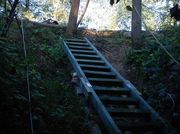 Лестница - самое масштабное сооружение экспедиции -