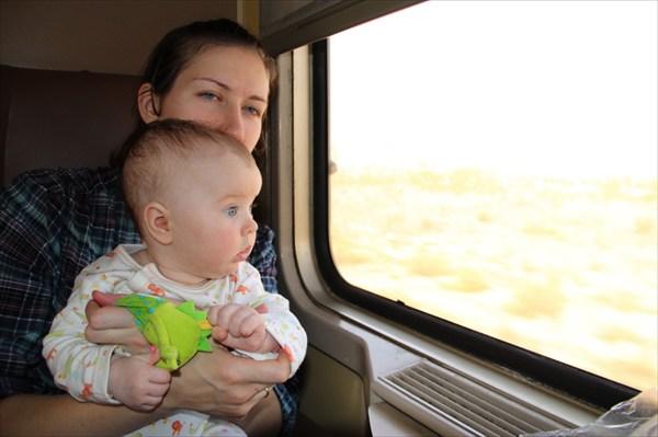 Мы с мамой и ящеркой смотрим в окно