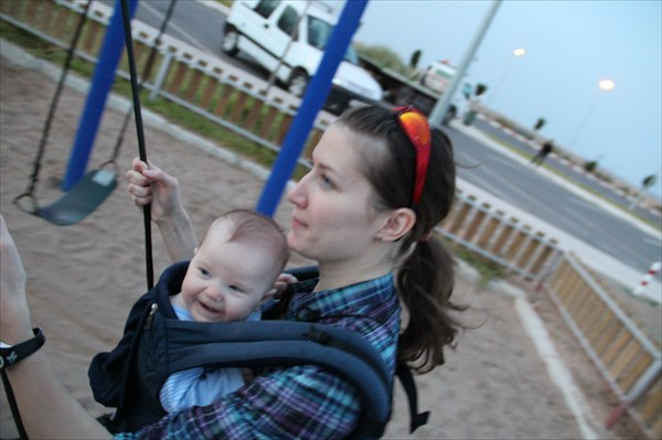 Мы с мамой качаемся на качелях