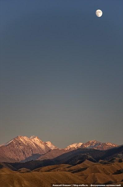 Закат над хребтом Терскей-Алатау