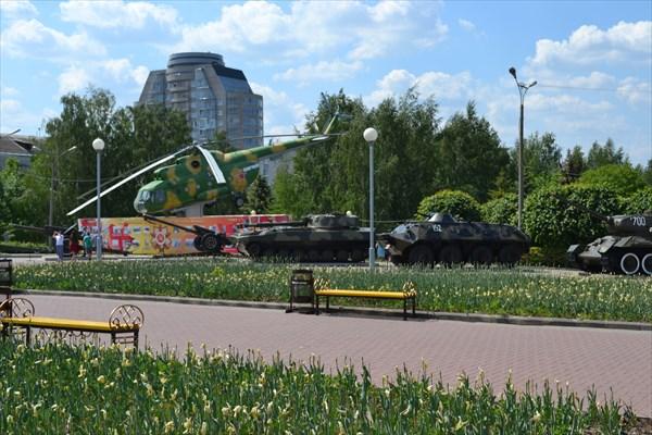 Галерея военной техники рядом с парком Победы