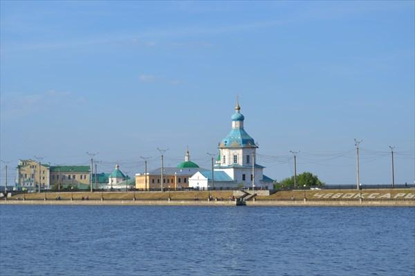 Церковь и мужской монастырь на фоне дамбы у залива