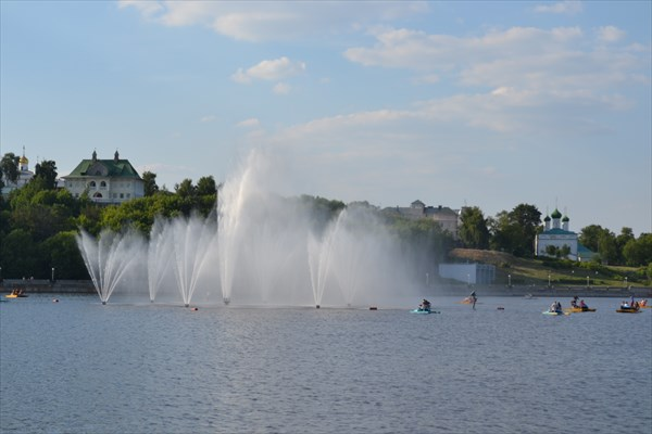 Старый город на фоне фонтанов и залива