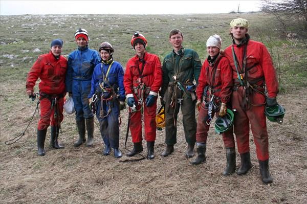 команда, совершающая аклиматизационный спуск в Нахимовскую