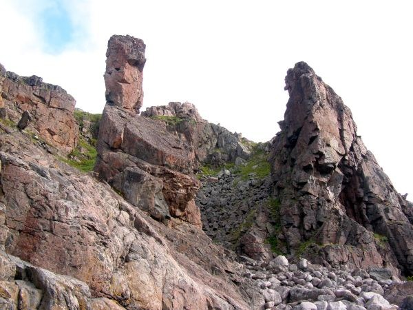 Скалы у бухты Дворовая
