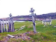 Старые могилы на берегу