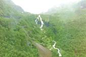 Первый участок - серпантин вдоль водопада (вид с поезда)