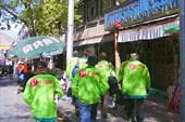 Насмотревшись на Джоканг, зелёные человечки идут подкрепляться