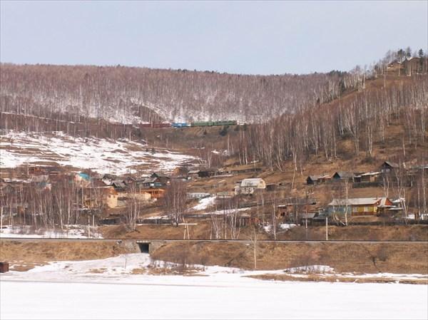 Поезд спускается по серпантину к Байкалу