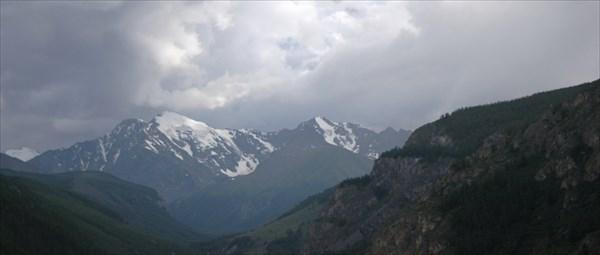 Снежные шапки гор.