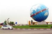 Надпись на глобусе: `Грозный - центр мира`.  Шутка?