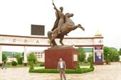 Памятник Герою Советского Союза Мовлиду Висаитову.