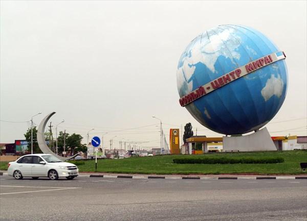 """Надпись на глобусе: """"Грозный - центр мира"""".  Шутка?"""