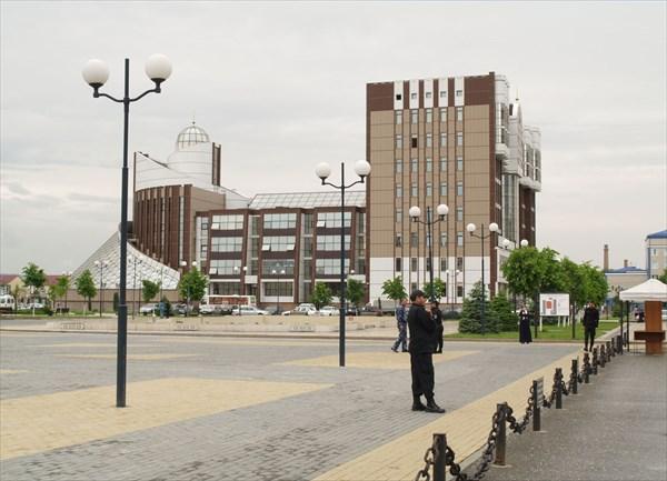 У Театральной площади расположена Национальная библиотека ЧР