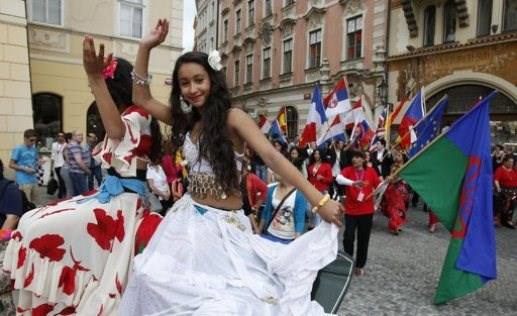 Участники несут флаги стран, откуда они прибыли