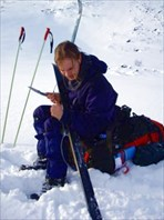 Илья чистит лыжи