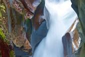 Бурный поток среди отшлифованных водой скал