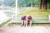 заснули (скамейка в Ясиня)