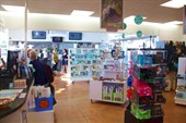 Внутри информационного центра много дорогих сувениров и...