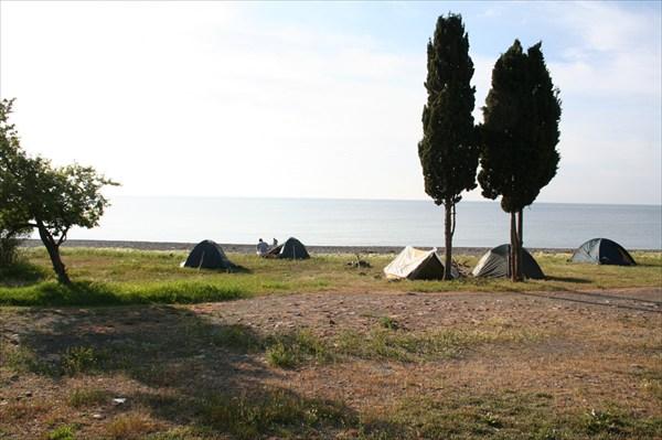 рядом целый палаточный городок