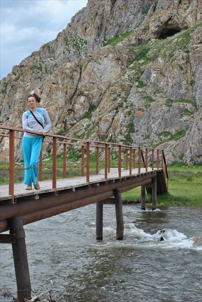 Мостик через речку перед Усть-Канской пещерой