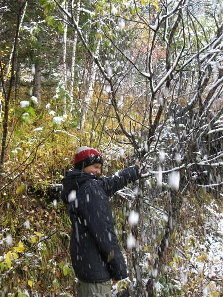 снег за шиворот!