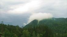 Облака-улитки, ползущие по вершинам гор