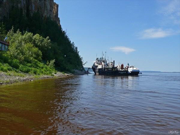 Прибыло судно с туристами