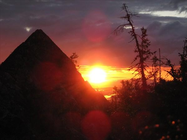 на фото: Закат и пирамида