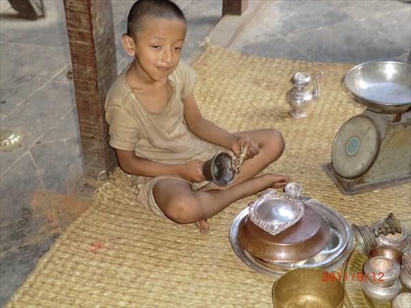 Мальчик-монах, служащий в храме