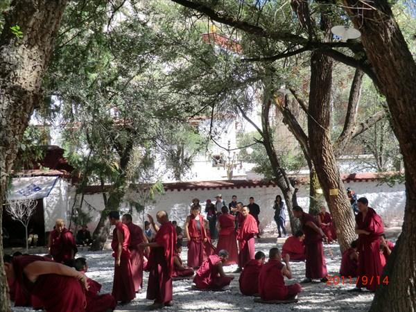 Диспут монахов в монастыре Сера