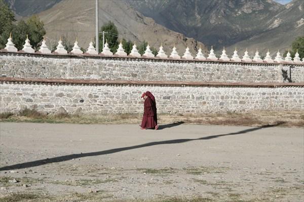 Монахи у монастырской стены