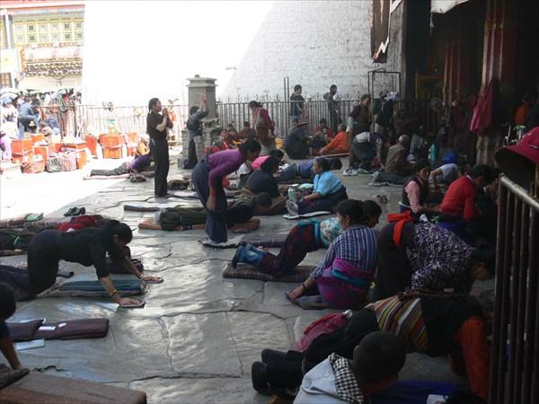 Паломники простираются у Джоканга
