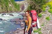 Еще `полная сил` Надя, перед мостом, на фоне каньона Чуи