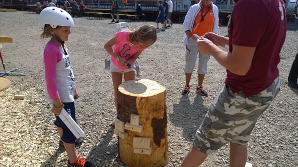 Детей учат пилить и забивать, мастерят короче из дерева