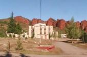 Санаторий Джеты-Огуз со скалами `Скмь быков`