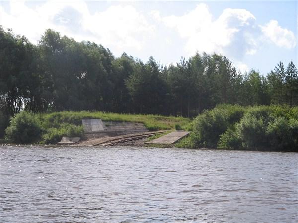 на фото: Железная дорога уходящая в реку
