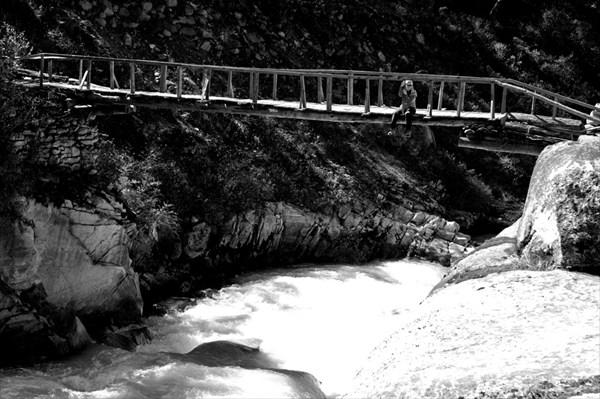 Ксюша сидит на мосту (горизонт не завален :))