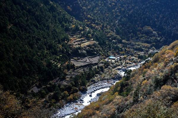 Река Дудх и деревня Пхорце Тханга (Phortse Thanga)