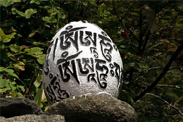 Многие надписи рельефно выступают