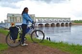 На фоне плотины Угличской ГЭС