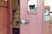 Дверь кабины со щеколдой