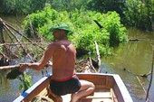 Русло  реки завалено ветками