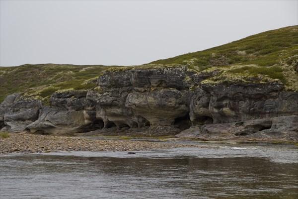 Скала изрезана маленькими гротами,  можно укрыться от дождя