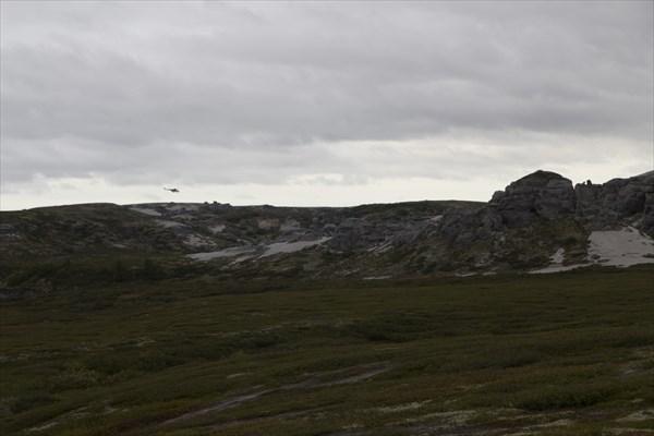 Скалы, песок и вертолет